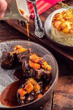 Μοσχάρι μπρεζέ με κόκκινο κρασί και λαχανικά Pot Roast, Meat, Ethnic Recipes, Food, Recipies, Carne Asada, Roast Beef, Essen, Meals