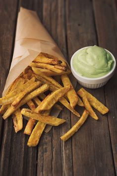 Baked Plantain Fries with Garlic Avocado Dipping Sauce // @tastyyummies // www.tasty-yummies.com