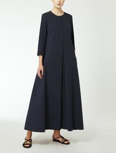 Browse the Max Mara catalogue of dresses for women: Elegant and party dresses for women. Silk, satin, viscose, technical fabric, jersey and wool outfits. Abaya Style, Hijab Style, Abaya Fashion, Modest Fashion, Fashion Outfits, Womens Fashion, Max Mara, Elegant Dresses For Women, Simple Dresses