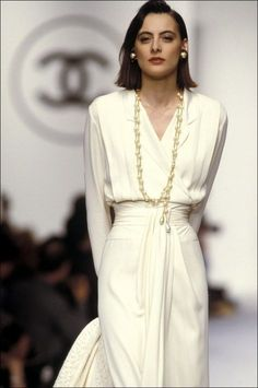 Vogue Paris is taking a look back at the chic extravagance of Chanel jewelry from the late until today, worn on the Chanel catwalks over the years, by supermodels including Naomi Campbell and Claudia Maria Schiffer. Mode Chanel, Chanel Runway, Chanel Couture, Chanel Chanel, Chanel Bags, Chanel Handbags, Chanel Pearls, Chanel Fashion Show, Look Fashion