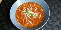En pragtfuld kombination af bacon, finthakkede grøntsager og tomat er, hvad denne nemme minestronesuppe består af, og det smager intet mindre end forrygende. Fodmap, Spaghetti, Curry, Bacon Bacon, Ethnic Recipes, Frisk, Curries, Noodle