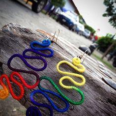 Brincos modelo Serpente, lã matizada colorida