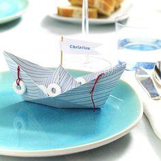 Maritime Tischdeko - Ideen in Blau-Weiß - papierboot