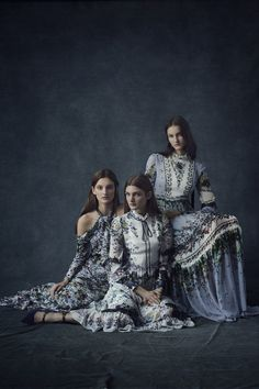 ERDEM design team and its creative director Erdem Moralioglu celebrate the summer blook with the beautifully designer Pre-Fall 2016 collection. Floral patterns are a signature of Erdem designs, the pre-fall designs are a beautiful continuation Fall Fashion 2016, Fashion Week, Winter Fashion, Fashion Show, Foto Fashion, Fashion Models, Viviane Sassen, Fall Portraits, Fall 2016