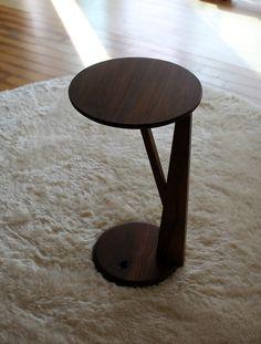 심플하면서 암체어와 어울리는 사이드 테이블. 옹이를 살린 디자인으로 자연미를 강조하였다. material : black walnut size : 330x330x610(h) color : natural oil finish…