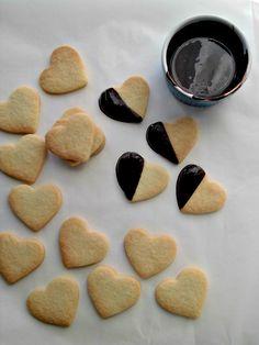 biscotti a forma di cuore glassati al cioccolato.jpg