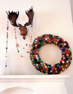 Kerstkrans van vilten bolletjes in vrolijke kleuren.