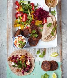 Die leckeren vegetarischen Falafel-Wraps mit gebratenem Gemüse sind einfach g...