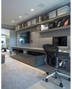 #olhomágicocj #chrishamoui Este é o canto da família, também conhecido como family room. Antigamente reservada somente a uma área pequena na circulação dos quartos, o family room vem ganhando mais importância nas residências e apartamentos . Acho isso muito legal: um espaço com uso múltiplo, home, escritório, todo mundo junto! Neste projeto, ele abre 100% para o living e fecha, quando preciso. #olhomágicocj @chris_hamoui #decorideas #decoration #casaejardim #interiors #home #cozyhome…