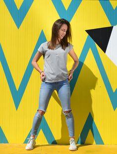 Camiseta en algodón orgánico diseñada y fabricada en Barcelona, algodón turco con certificación GOTS. Corte femenino y casual. Grey Stone, Organic Cotton, Barcelona, T Shirt, Pants, Fashion, Cotton T Shirts, Short Skirts, Girly