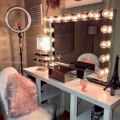 15 Impressive DIY Makeup Vanity Decoration Ideas That You Will Love It Who here secretly craves a super sophisticated, beautiful and large dressing table to hold the mountain of cosmetic collections that you have? Moreover, plus a walk-in closet or a … Makeup Vanity Decor, Makeup Room Decor, Makeup Rooms, Makeup Vanities, Makeup Salon, Makeup Geek, My New Room, My Room, Room Set