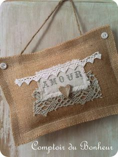 Like the little buttons in corners Burlap Lace, Burlap Flowers, Burlap Ribbon, Burlap Wreath, Hessian, Twine Crafts, Diy Crafts, Beautiful Gifts, Textiles