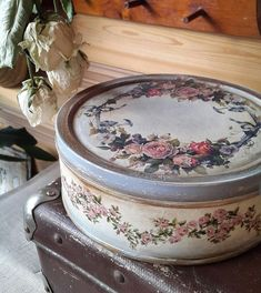 Shabby Chic Stil, Shabby Chic Cottage, Shabby Chic Decor, Vintage Suitcases, Vintage Tins, Vintage Crafts, Altered Tins, Altered Bottles, Decopatch Ideas
