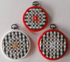Decorazioni natalizie a Broderie suisse Embroidery Hoop Crafts, Hand Embroidery, Embroidery Designs, Chicken Scratch Embroidery, Fabric Paint Designs, Christmas Crafts, Christmas Ornaments, Gingham Fabric, Rick Rack