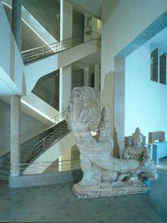 La chaussée des géants Style du Bayon (fin 12e-début 13e siècle)  grès  Temple du Preah Kahn, Cambodge. Section Cambodge du musée Guimet.
