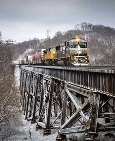 Snow from earlier in the day coats the ground while a pair of EMD products lead Norfolk Southern mixed freight 113 across the Trestle in Ludlow, Kentucky. Electric Locomotive, Diesel Locomotive, Bonde, Southern Railways, Norfolk Southern, Train Times, Railroad Photography, Old Trains, Train Pictures