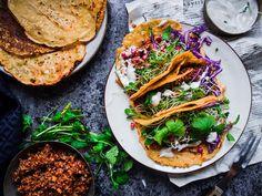 Kikhernetacot, harissakvinoaa, tahinia ja silmusalaattia (V, GF) Vegetarian Xmas, Vegetarian Recipes, Vegan Mince, Tahini, Chorizo, Street Food, Side Dishes, Tacos, Mexican