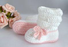 Botinha confeccionada em lã.  Uma ótima opção para presentear o bebê de uma amiga, ou seu próprio bebezinho.  Tamanhos disponíveis para encomendas:  0 - 3 meses  3 - 6 meses  6 - 9 meses