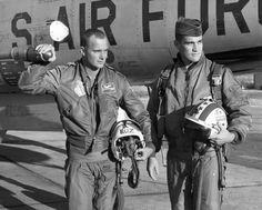 A Bomber Jacket e a Flight Jacket são jaquetas diferentes que ao longo do tempo acabaram sendo chamadas pelo mesmo nome. Surgiram da necessidade de um uniforme para pilotos que, em período de guerra, acabavam enfrentando temperaturas extremas dentro de seus aviões. A Bomber, originalmente feita em couro de cabra, foi desenhada para a Segunda Guerra Mundial em 1930. Já a Flight Jacket, teve as principais versões nas décadas de 50 e 60, utilizando materiais mais funcionais. The Twenties, Air Force, Che Guevara, 1, Military, American, Jackets, Vietnam War, Men's Wardrobe