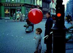 Dans les années d'après-guerre, vers 1950 tout n'était que joie et légèreté. En témoigne ces clichés de photographes connus comme Doisneau ou autres.