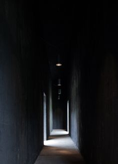 A dark corridor badly lit with glimmers of light Peter Zumthor, Study Architecture, Light Architecture, Ancient Architecture, Sustainable Architecture, Landscape Architecture, Corridor Lighting, Solar Licht, Light Study