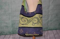 Diese schöne XXL Tasche besteht außen aus einem festen bunten Stoff und innen ist sie mit einem grünen Baumwollstoff gefüttert.  Die Yogatasche ist mit 2 Kam Snaps zu verschließen.  Sie ist...