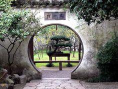 Сады Сучжоу – #Китай #Цзянсу (#CN_32) Сучжоу называют Венецией Востока. При этом многочисленные каналы и старинные постройки не единственное достояние города. Главная его гордость - это сады, где в удивительной гармонии сосуществуют творения природы и человека. http://ru.esosedi.org/CN/32/1000109652/sadyi_suchzhou/