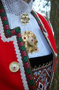 Emmelines blogg: Konfirmasjoner og bunader i bøtter og spann Norwegian Clothing, Scandinavian Embroidery, Frozen Costume, Bridal Crown, Folk Costume, My Heritage, Art Music, Traditional Dresses, Scandinavian Design