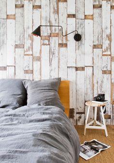 New-York black & copper wall light — Bodie and Fou / chambre rustique avec papier peint planche de bois, jonc de mer au sol + linge de lit en lin lavé