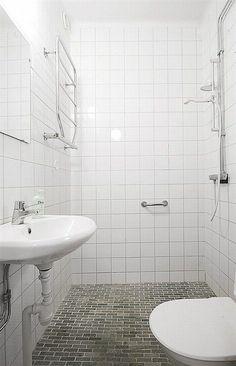 La ducha tiene un pavimento que actúa como plato. Así se puede  ahorrar espacio. #Esmadeco.