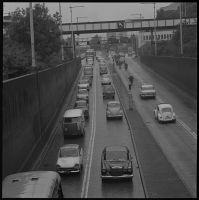 Vervaardiger: Ary Groeneveld| Verkeersdrukte aan de noordkant van de Maastunnel.| Datering: 1/1/1965-31/12/1965 (Geschat)  | Klik op Bezoeken om de grote versie te bekijken. | Catnr. NL-RtSA_ 4121_8163