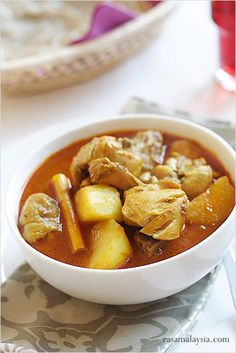 Chicken Curry with Potatoes recipe - Chicken curry with potatoes is possibly the most common chicken curry in Malaysia. Everywhere you go where curries are served, you will probably find this type of chicken curry. | rasamalaysia.com