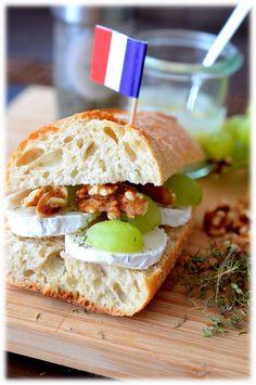 Französisches Baguette mit Ziegenkäse, Walnüssen und Honig