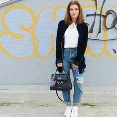Classics are the new #fashion. #streetstyle #graffiti #cool #bag #classy #classic #girl #style #street #fashionjunkie #picardbag #PICARD #leatherbag