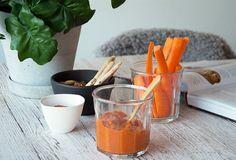 Opskrift på super lækker og nem peberfrugt pesto med hvidløg og hasselnødder . perfekt til dip, sandwich, pasta og lign - læs mere her