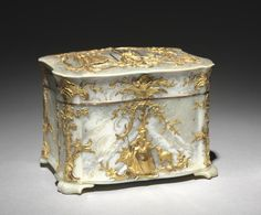 Austria, Vienna(?), 18th century, gold and mother-of-pearl, Overall: 9.30 x 12.10 x 9.60 cm (3 5/8 x 4 3/4 x 3 3/4 inches). Gift of Mrs. A. Dean Perry 1967.157