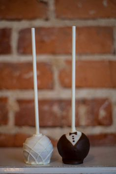 Bride & Groom Cake pops by The Cake's Truffle  #CakePops #Wedding