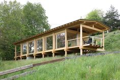 Haus in der Wiese - Holzbaupreis Kärnten House in the Meadow - Carinthia Timber Construction Prize House On Stilts, Tiny House Cabin, Cabins In The Woods, House In The Woods, Farnsworth House, Timber Architecture, Prefabricated Houses, Small Buildings, Wood Construction