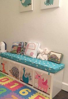 Ideas de decoración con estantería Ikea Kallax (Foto) | Ellahoy Kids Playing, Custom Cushions, Bench Cushions, Outdoor Cushions, Playroom Bench, Ikea Playroom, Toddler Rooms, Toddler Bed, Estantería Ikea Kallax