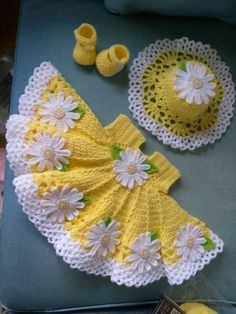 Beautiful crochet yellow baby dress with daisies, hat and shoes included Hermoso ganchillo vestido de bebé amarillo con margaritas Baby Girl Crochet, Crochet Baby Clothes, Crochet For Kids, Crochet Crafts, Crochet Projects, Diy Crafts, Knitting Patterns, Crochet Patterns, Crochet Ideas
