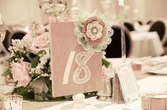 Ihr sucht Inspirationen zur Tischdeko bei einer Vintage-Hochzeit? Hier sind sie! Lasst euch inspirieren und stöbert in unsere Bildergalerie. © JDHowell Photography