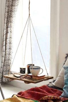 Ben je nog op zoek naar een handig nachtkastje maar kom je er nog niet echt uit? Misschien is dit wel de perfecte oplossing voor jou! Onwijs hip en net even een tikkeltje anders. Een hangend nachtplankje! Even knutselen en je hebt hem zo klaar voor gebruik. Het enige wat je nodig hebt is een mooie plank naar keuze, wat touw en een goed ophangsysteem. Niet duur, maar toch super leuk! Laat je inspireren door de foto's die we voor je hebben uitgezocht en zie hoe er een soort dromerige sfeer…