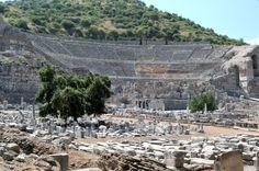Gran Teatro de Éfeso y Casa Fuente Helena cerca del escenario. Turquía