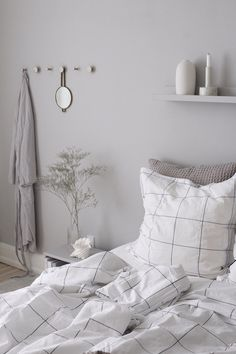 Home bedroom Minimalist grey bedroom with black and white linen Preschool Teaching: You Can Teach Yo Bedroom Green, Green Rooms, White Bedroom, Linen Bedroom, Marble Bedroom, Grey Bedroom Decor, Bedroom Furniture, Master Bedroom, Black White And Grey Bedroom