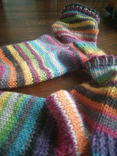 Äidiltä tyttärelle: Varpaista varteen hollantilaisella kantapäällä Knitting Socks, Fingerless Gloves, Arm Warmers, Clothes, Fashion, Mittens, Tall Clothing, Moda, Knit Socks