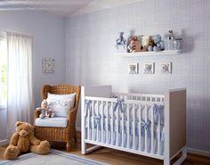 O papel de parede xadrez é uma ótima escolha para quartos de bebês. Suas cores leves dão um ar de delicadeza e aconchego à decoração. A estampa xadrez preenche o ambiente com leveza e combina com móveis claros, como é comum em quartos de recém-nascidos.
