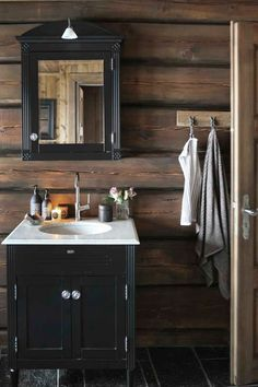 Yellow house on the beach: Rustic bedroom and a change Rustic Bedroom, Dark House, Cabin Bathrooms, Home, Log Homes, House, Half Bath Remodel, Bath Remodel, Framed Bathroom Mirror