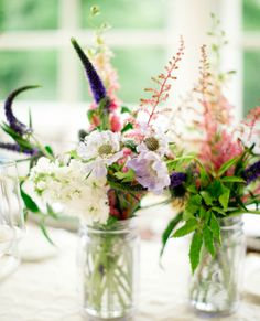 Light and airy - a simple summery floral arrangements for a ladies luncheon   - #AvosFromPeru