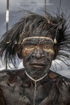 Inside the Indonesian tribe untouched by the modern world A Dani warrior with traditional headdress made through the use of the feathers of the bird of paradise. In Papua there are about 30 species of birds of paradise Old Faces, Many Faces, Foto Portrait, Portrait Photography, Tribal People, Tier Fotos, World Of Color, Interesting Faces, Borneo