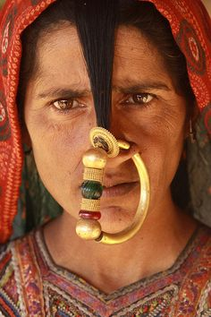 The Jat - one of the hidden tribes in Gujarat (India). The Jats who live in Kutch are particularly conscious of their identity as a group and their sense of unity comes from a perception of shared historical traditions and a beli We Are The World, People Around The World, Tribes In India, Pretty People, Beautiful People, Through The Looking Glass, Belleza Natural, Body Modifications, Portraits